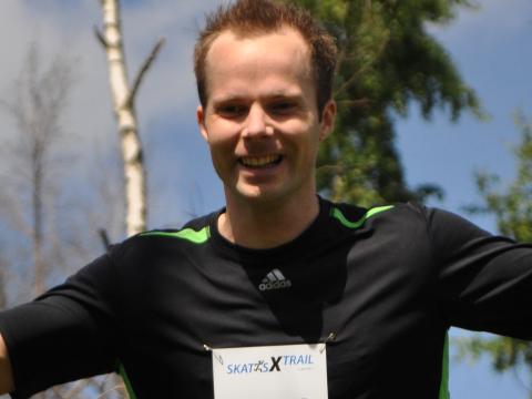Löpare sträcker ut armarna i Skatås X-trail 2011