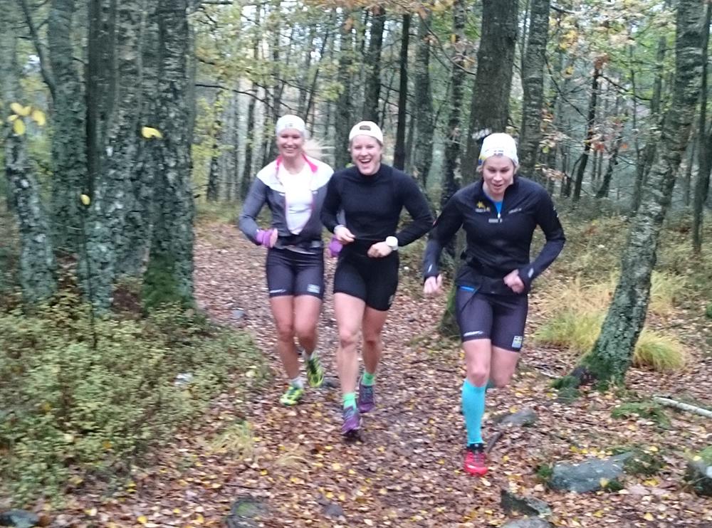 Sprintlandslaget i skidor, Magdalena Pajala, Hanna Falk och Jennie Öberg springer Skatås ryggar-banan kämpar på stigen