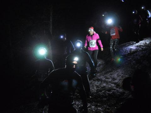 Löpare nedför första berghällen