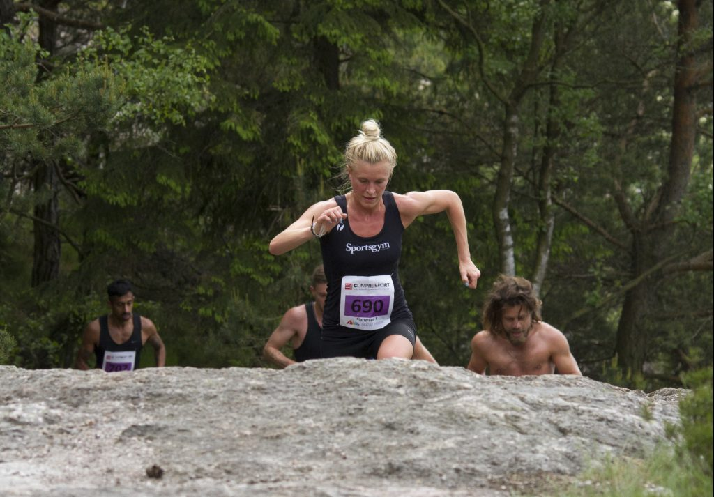 Jennifer Asp tar stora kliv uppför berghällarna vid Västra Långvattnet